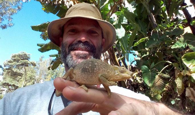 Javier con un camaleón en las Montañas Usambaras