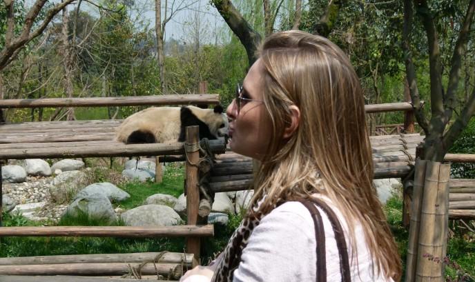 Cristina con un oso panda