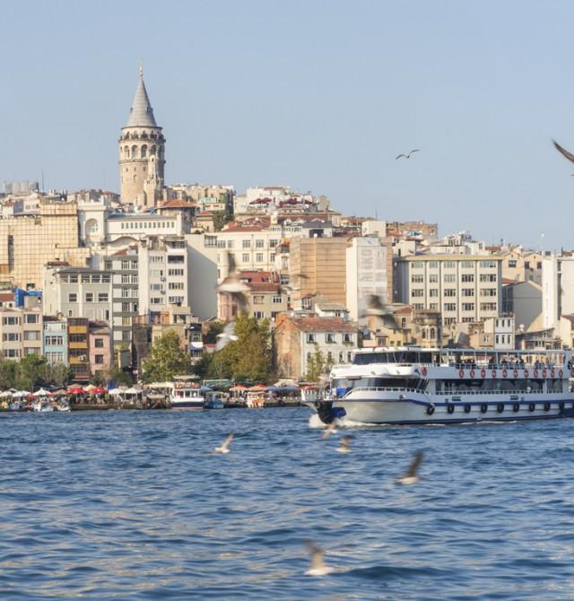 En barco por el Bósforo en Turquía