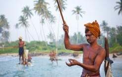 Pescadores subidos a maderas en Sri Lanka y Maldivas