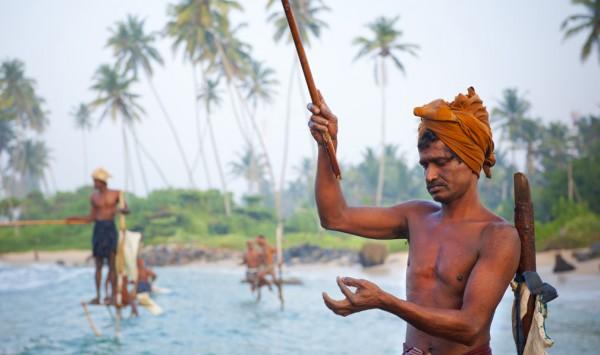 Pescadores subidos a maderas. Viaje a Sri Lanka y Maldivas con PANGEA The Travel Store