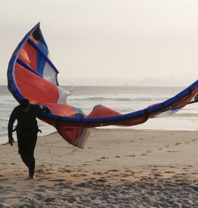 Practica 'kitesurfing' en Brasil