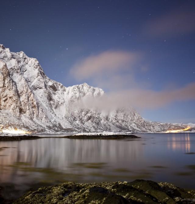 La noche en Svolvaer en Noruega