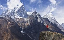 Una mujer contempla el Everest en Nepal