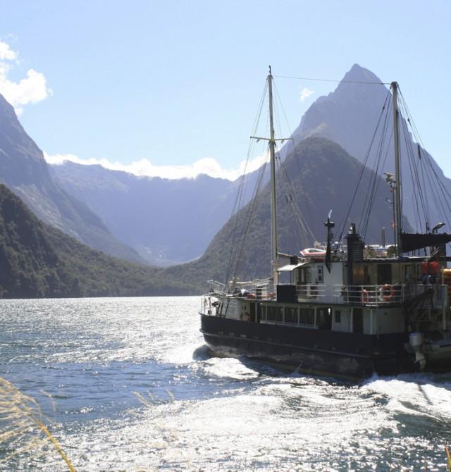 Milford Sound con embarcación turística en Nueva Zelanda