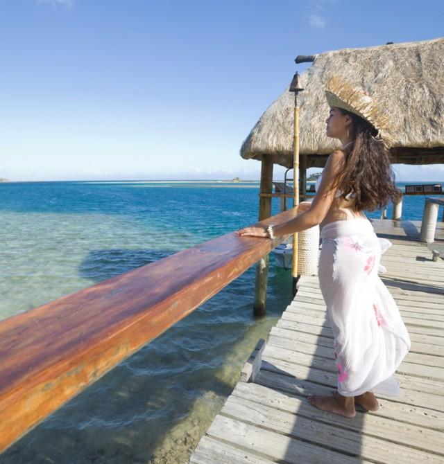 Mujer de pie en isla tropical