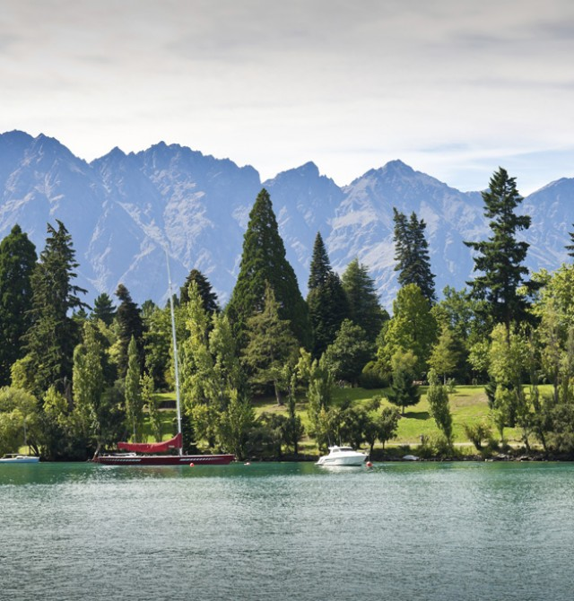 Jardines de Queenstown y Lago Wakatipu en Nueva Zelanda