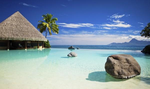 Piscina con playa artificial. Viaje a Polinesia con PANGEA The Travel Store