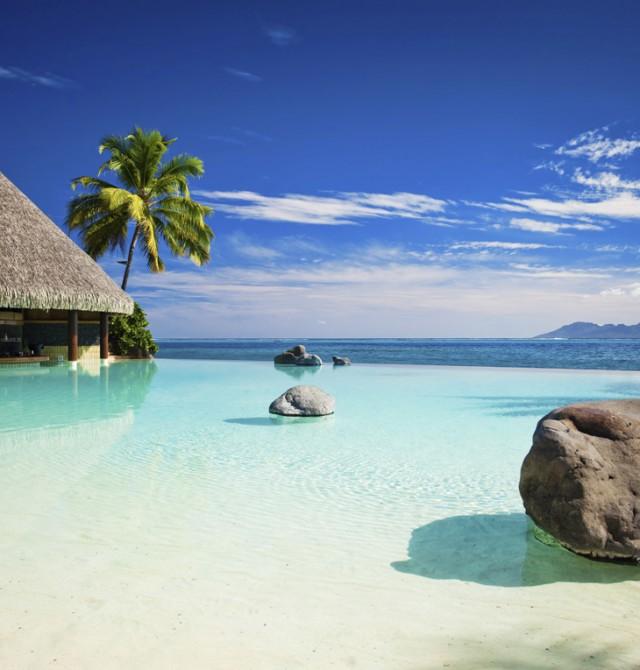 Piscina con playa artificial en Polinesia