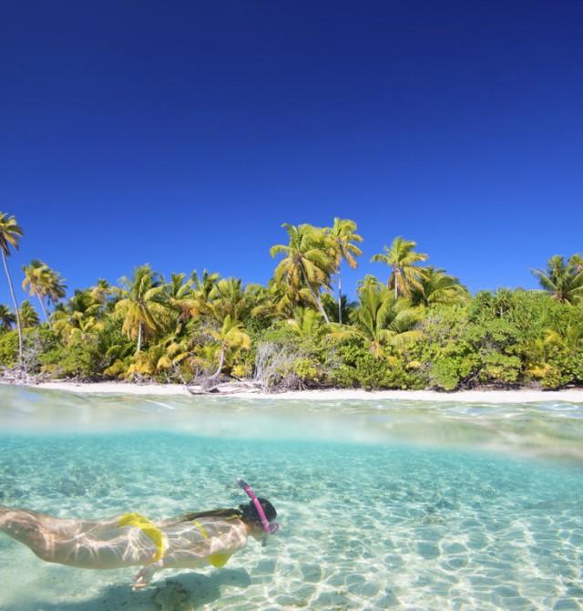Mujer buceando en Polinesia