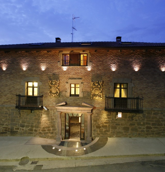 Fachada exterior noche en La Rioja, Azofra